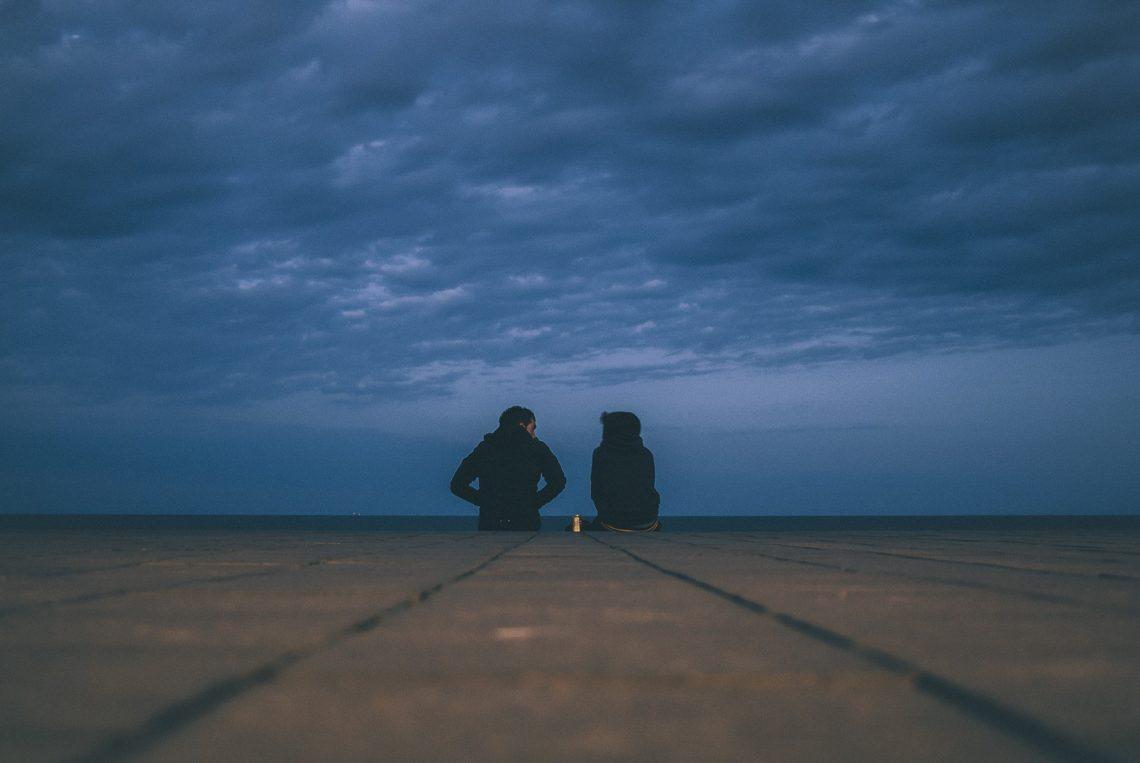 Homme et femme côte à côte Luc